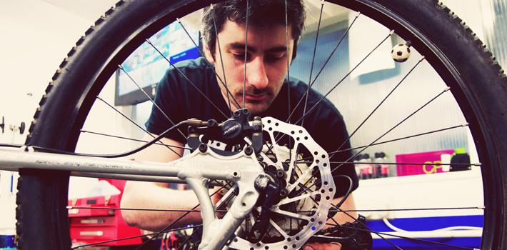 Mechanic fixing cycle gears